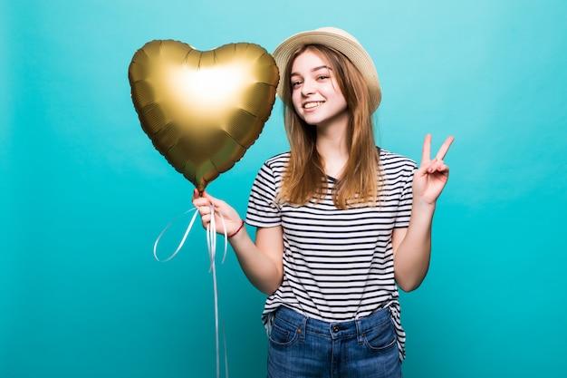 De jonge vrouw geniet van feestelijke gelegenheid die metaalballon houden