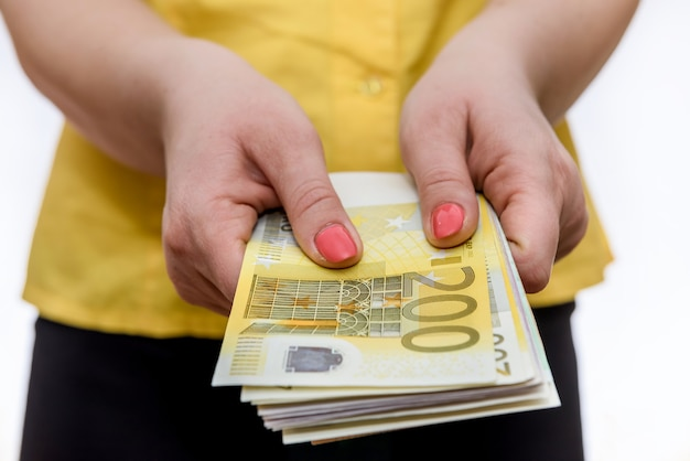 De jonge vrouw heeft tweehonderd eurobankbiljetten in zijn handen
