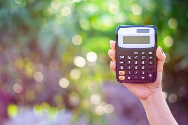 De jonge vrouw hief de rekenmachine op.