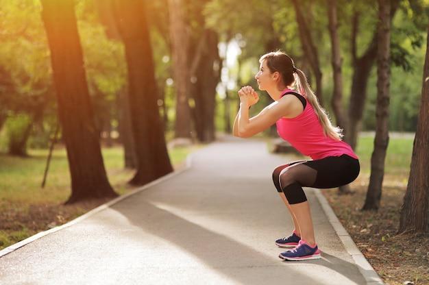 De jonge vrouw houdt zich bezig met sportfitness in het natuurbos gezond fit leven