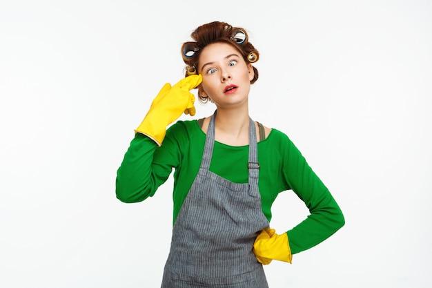 De jonge vrouw kijkt asquint makend pret op wit