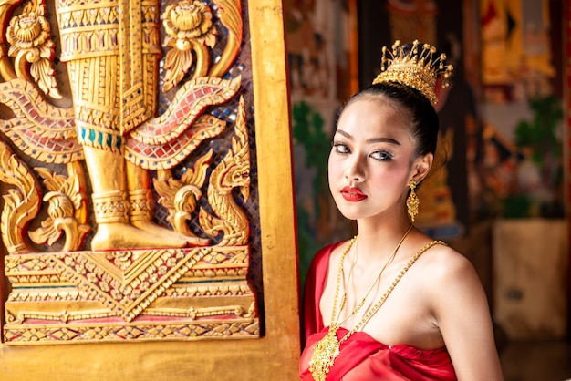 De jonge vrouw kleedde zich als thaise koningin