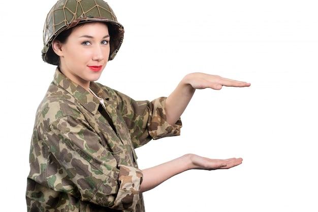 De jonge vrouw kleedde zich in amerikaanse ww2 militaire eenvormig met helm