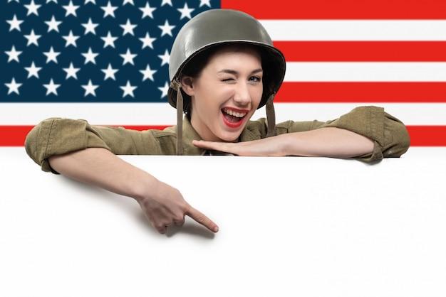 De jonge vrouw kleedde zich in amerikaanse ww2 militaire eenvormig