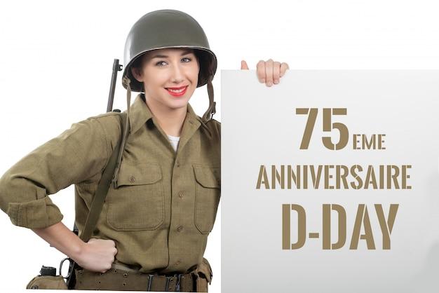 De jonge vrouw kleedde zich in ons wwii militair uniform met helm