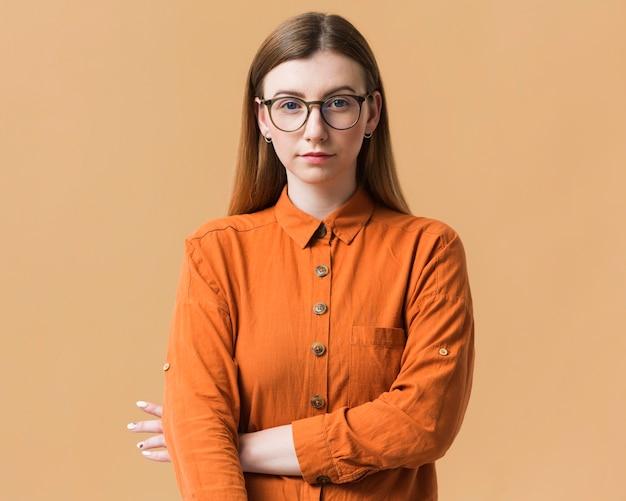 De jonge vrouw met gekruiste wapens stelt