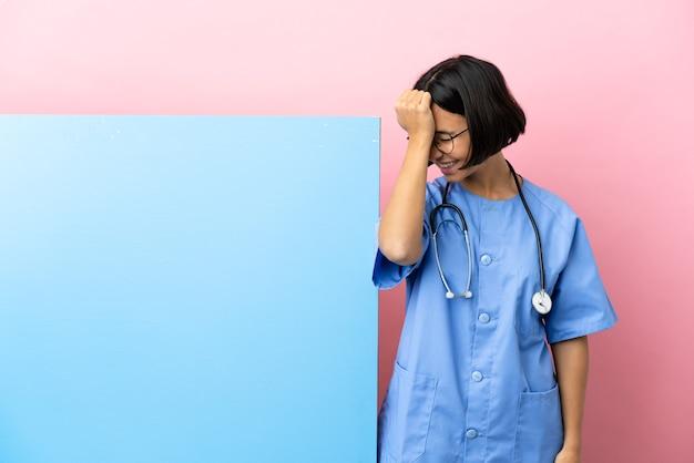De jonge vrouw van de gemengd raschirurg met een grote banner over geïsoleerde achtergrond heeft iets gerealiseerd en de oplossing beoogd