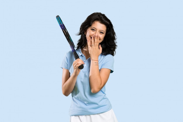 De jonge vrouw van de tennisspeler met verrassingsgelaatsuitdrukking