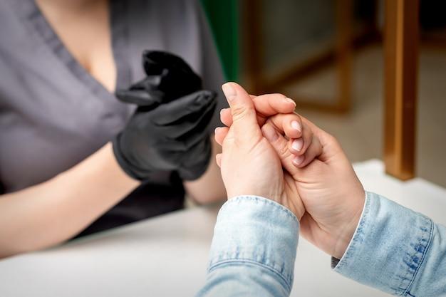 Handen op haar meester