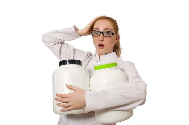 De jonge vrouwelijke die kruik van de artsenholding proteïne op wit wordt geïsoleerd