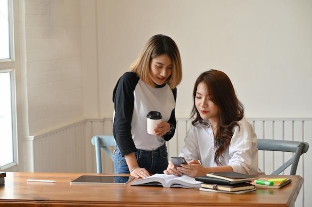 De jonge vrouwelijke privé-leraar raadpleegt onderwijs.