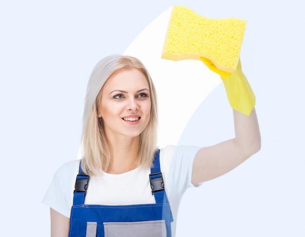 De jonge vrouwelijke reinigingsmachine maakt schoon