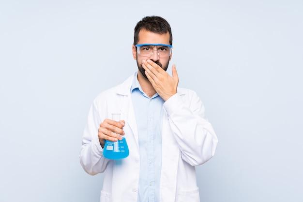 De jonge wetenschappelijke fles die van het holdingslaboratorium mond behandelen met handen