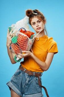De jonge zak van de vrouwenholding met afval