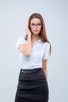De jonge zakenvrouw op grijs