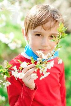 De jongen ademt frisse lucht in een park. adem diep in. coronavirus eindigde. gezondheidszorg concept.