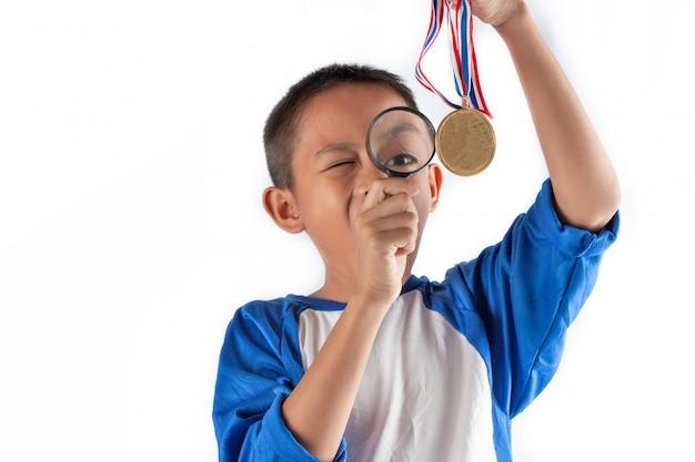 De jongen die iets ontdekt door een vergrootglas, business explore, searching, discovery en vision-concepten.