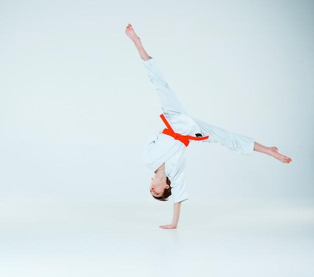De jongen die zich voordeed op aikido training in martial arts school. gezonde levensstijl en sport concept