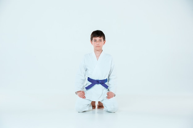 De jongen die zich voordeed op aikido-training op vechtsportenschool. gezonde levensstijl en sport concept