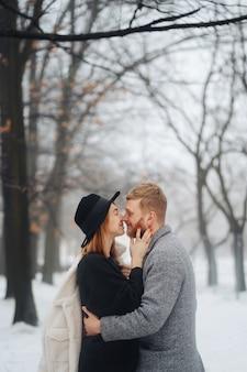De jongen en het meisje rusten in het winterbos.