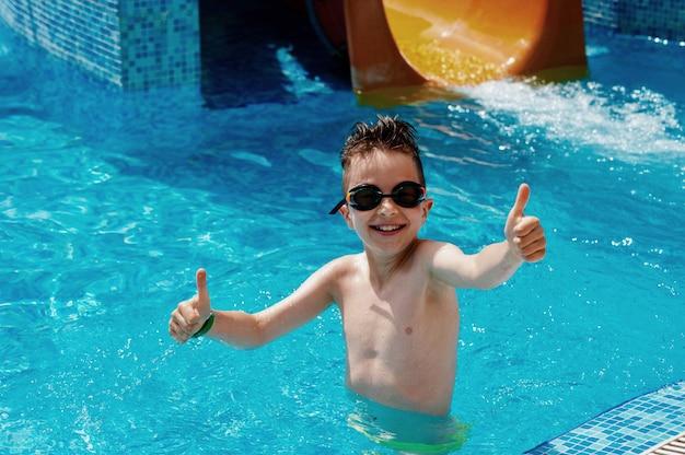 De jongen heeft pret bij waterpark