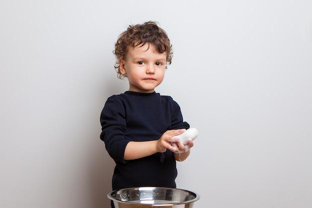 De jongen is zijn handen aan het inzepen. hygiënevoorschriften en goede gewoonten.