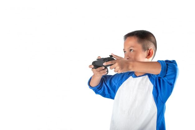 De jongen keek op, dat de hand iets bestuurt met een joystick.