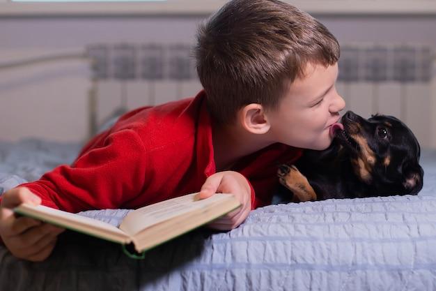 De jongen met hond thuis, rustend