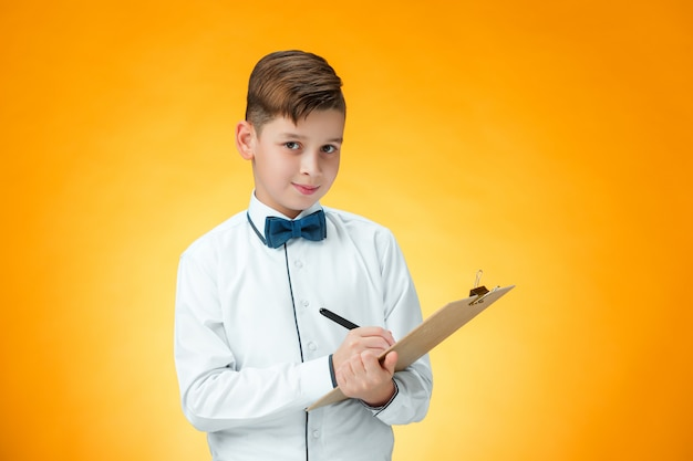De jongen met pen en tablet voor notities