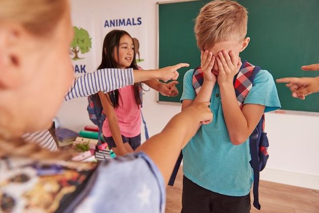 De jongen pest door kinderen op school