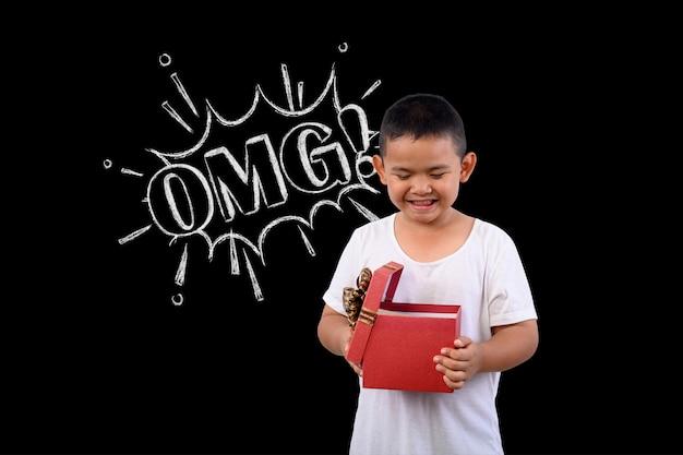 De jongen was verrast met een rode geschenkdoos op een schoolbordtekening.