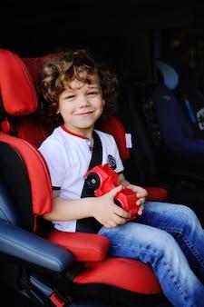 De jongenszitting van de baby in een autozetel
