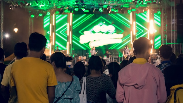 De jongeren in de concerten hebben 's nachts zeer felle lichten.