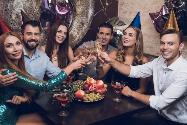 De jongeren rusten in een trendy nachtclub