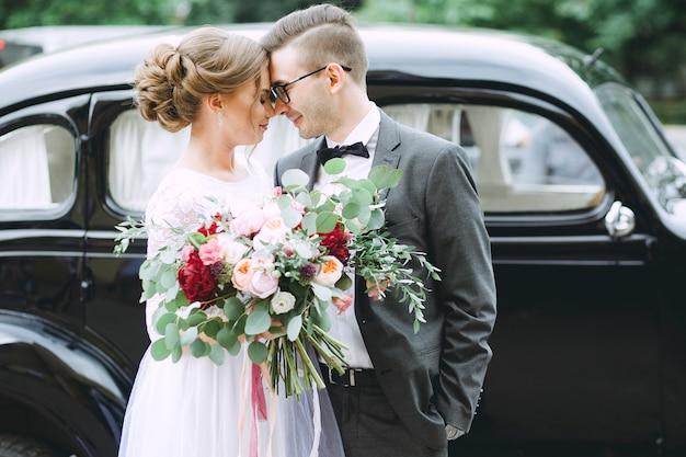 De jonggehuwden koppelen verliefd close-up op huwelijksdag