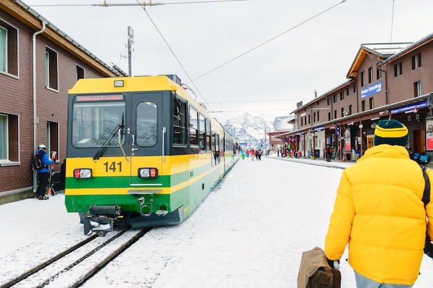 De jungfrau-spoorlijn een trein die van interlaken naar de jungfrau-bergtop in de alpen rijdt