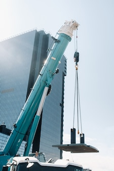 De kachel wordt op een grote blauwe autokraan geladen en bedrijfsklaar gemaakt.