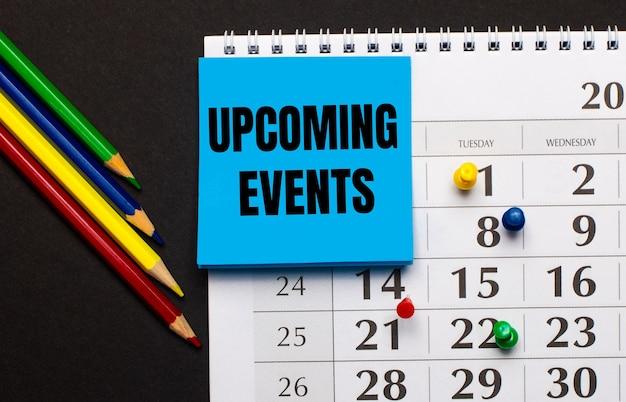De kalender heeft lichtblauw notitiepapier met de tekst upcoming events