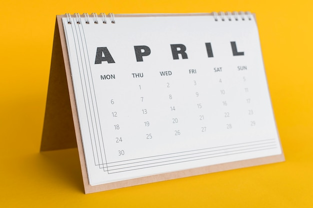 De kalender van de vooraanzichtkantoorbehoeften op gele achtergrond