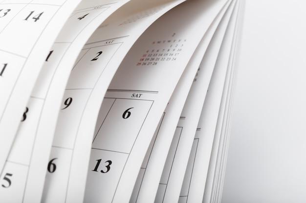 De kalenderpagina's sluiten omhoog bedrijfstijdconcept