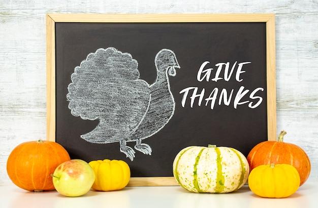 De kalkoen is getekend op een zwart bord happy thanksgiving-groeten herfstoogst