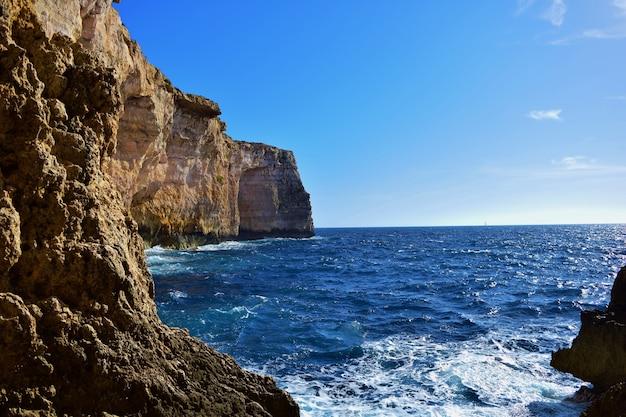 De kalkstenen zeekliffen van coralline in malta
