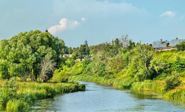 De kamenka-rivier in soezdal, de gouden ring van rusland