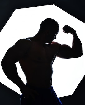 De kampioen van de lichaamsbouwer het stellen in studio