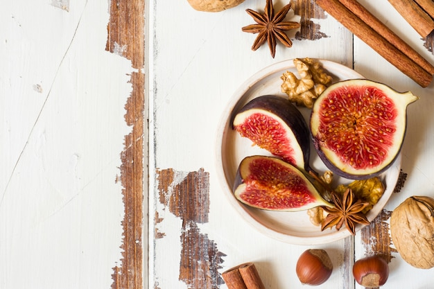 De kaneelanijsplant van fig. okkernoten op een plaat van oude houten oppervlakte. kopie ruimte