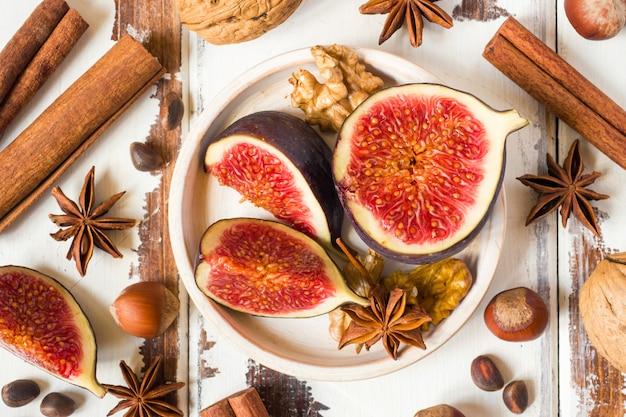 De kaneelanijsplant van fig. okkernoten op een plaat van oude houten oppervlakte.