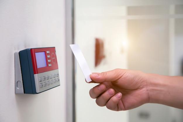 De kantoorman gebruikt de identiteitskaart om bij de toegangscontrole te scannen om de veiligheidsdeur te openen