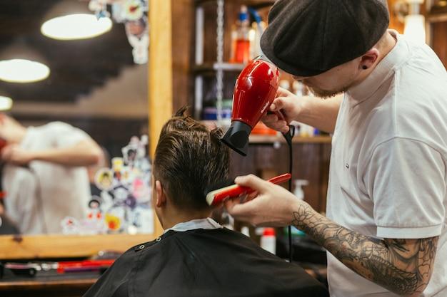 De kapper van tienerkapsels in de kapperswinkel