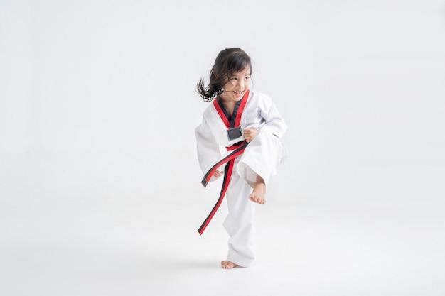 De karatevechtsporten van studio aziatische kinderen