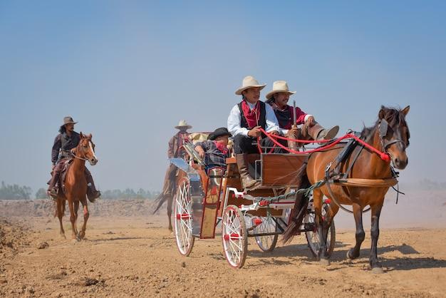 De karavaan van een groep cowboys reisde met paarden en koetsen.